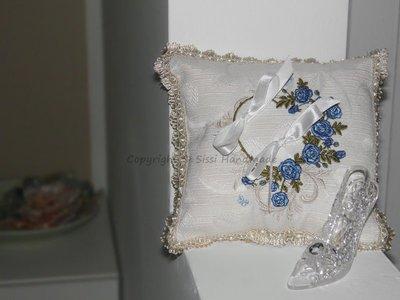 Cuscino portafedi con ghirlanda di rose