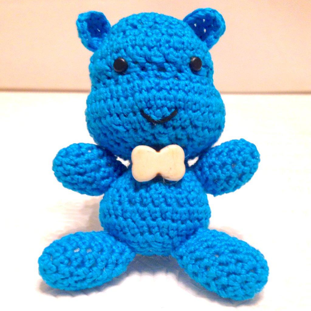 Ippopotamo azzurro amigurumi, simpatico ed elegante, fatto a mano all'uncinetto con papillon bianco