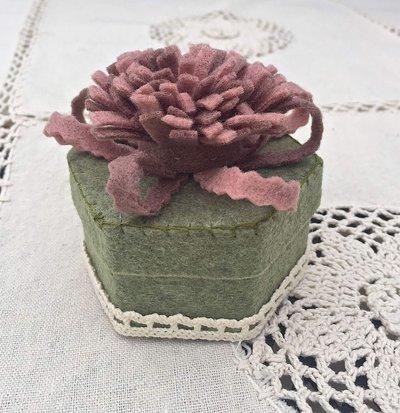 scatola rivestita in feltro verde con fiore rosa e lilla