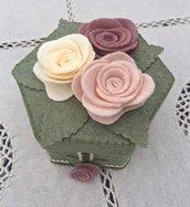 scatola rivestita in feltro verde con tre rose panna e rosa antico