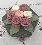 scatola rivestita in feltro verde con 7 rose panna e rosa antico