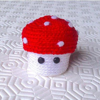Mini scatolina a fungo amigurumi kawaii, rosso e bianco a pois, fatto a mano all'uncinetto