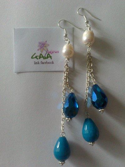 Orecchini con perlina di fiume e gocce blu pendenti