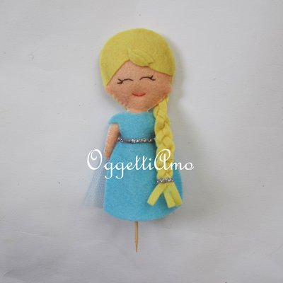 Cake toppers in feltro a tema Frozen: come Anna ed Elsa le due piccole bamboline in pannolenci da disporre sulla torta!