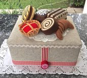 scatola rivestita e decorata in feltro con brioches