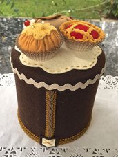 barattolo rivestito e decorato in feltro con tre pasticcini in feltro