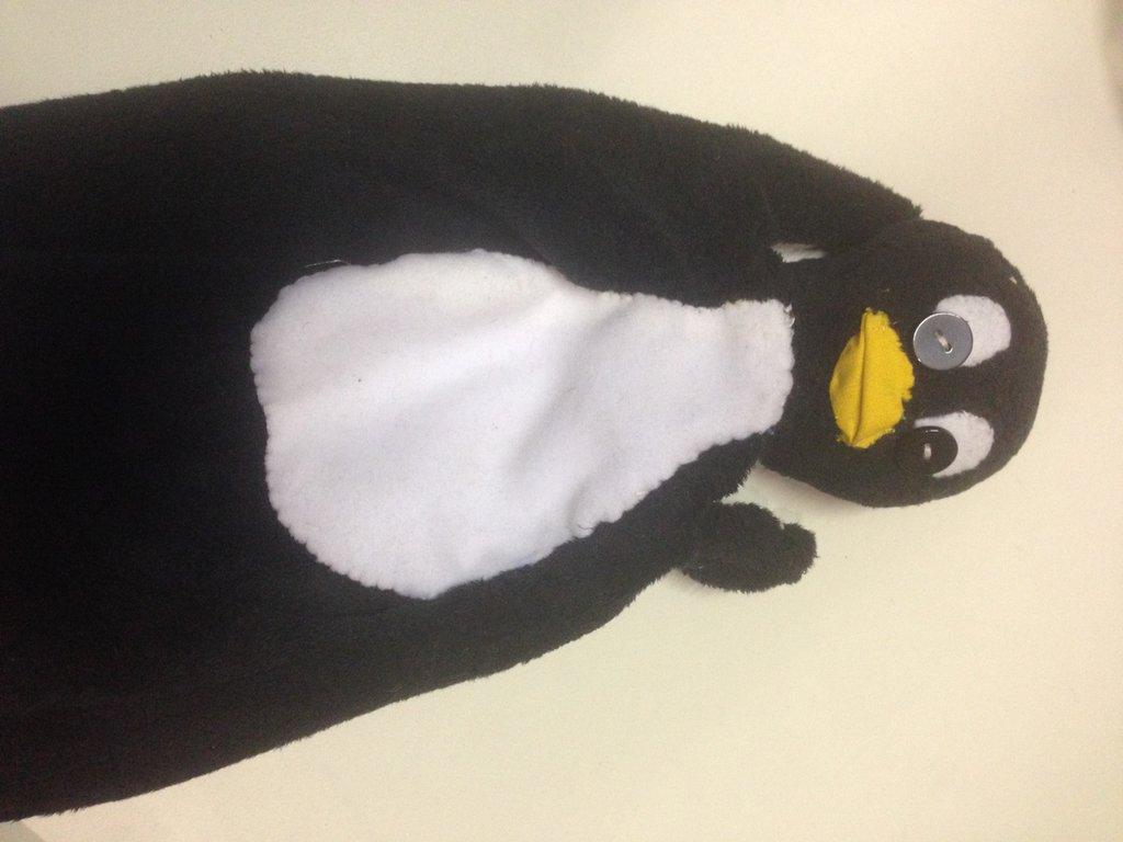 pinguino burattino a mano