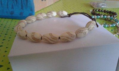 Bracciale con perle in legno bianche