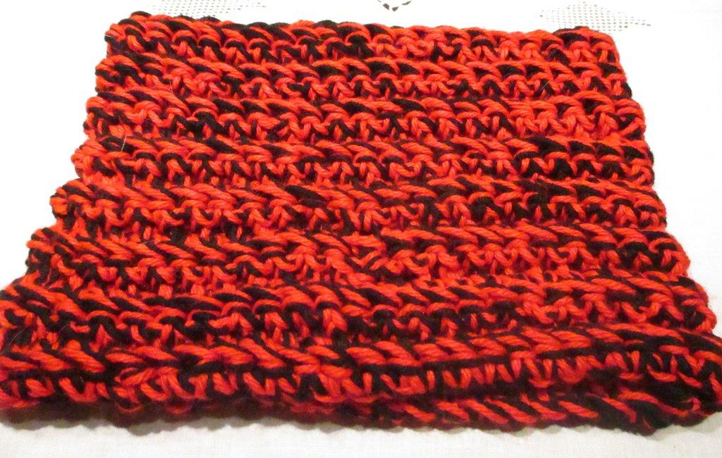Scaldacollo unisex a uncinetto rosso e nero