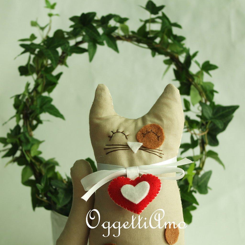 Un gattino beige come fermaporta: una decorazione originale per la casa
