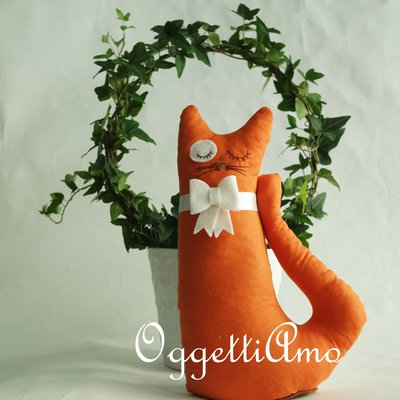 Un gatto arancio in stoffa con papillon in feltro come fermaporta: originale e colorata idea regalo!
