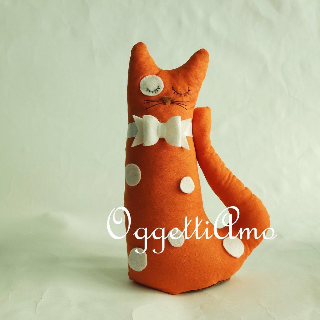 Un gatto arancione con macchie bianche come fermaporta!
