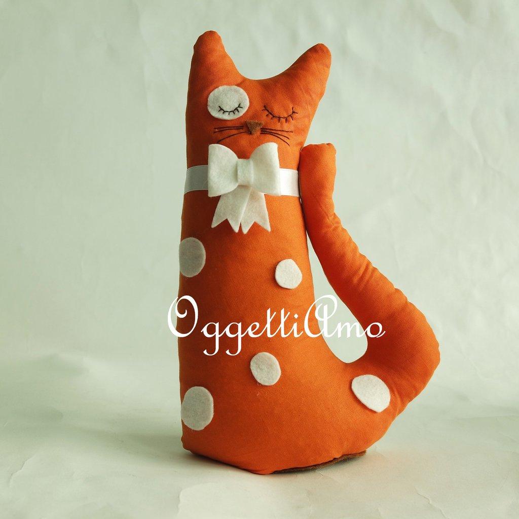 Un gattino in stoffa arancio come elegante fermaporta!