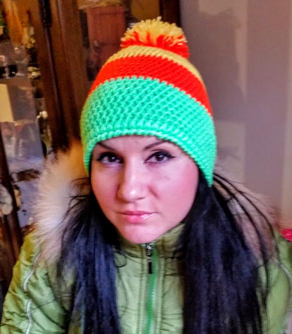cappello fatto a mano; colori neon,TG-53-55CM.