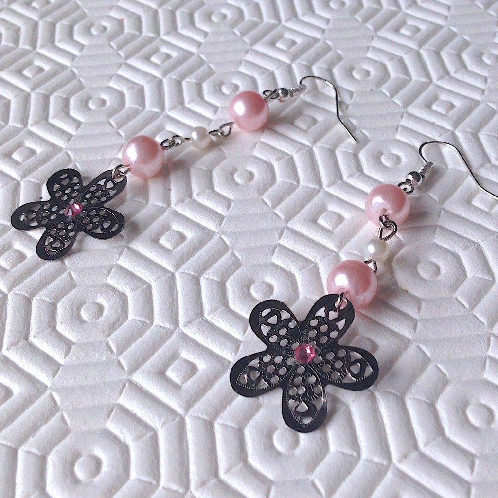 Orecchini pendenti con fiori traforati, perle e strass rosa e bianchi, fatti a mano