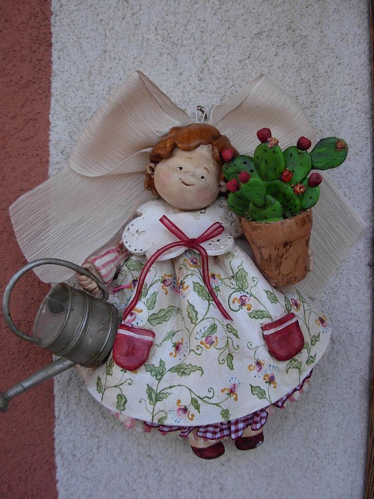 Bambola con vaso di fichi d'india