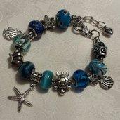Bracciale metallo perle foro largo azzurro con charms stile marino