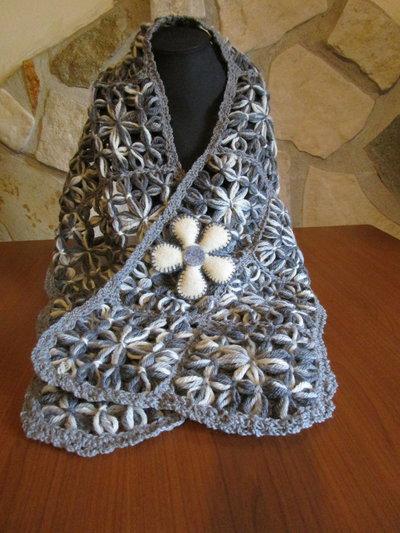 Sciarpa in lana melange grigia realizzata con telaio in legno e spilla con fiore in feltro