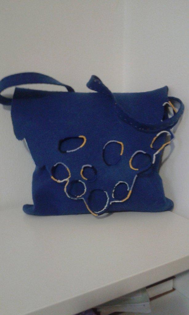 borsa blu in feltro