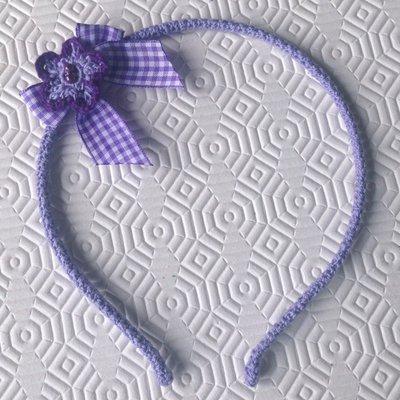 Cerchietto lilla all'uncinetto, con fiorellino viola e lilla con perline e fiocchetto a quadretti, fatto a mano