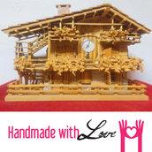 Baita in legno decorata con balconi e orologio