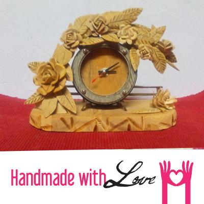Orologio in legno decorato con rose