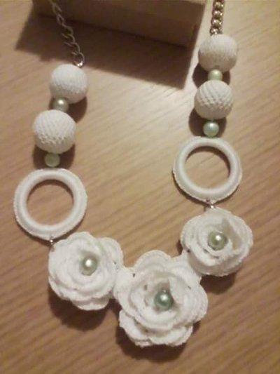 collana bianca con rose