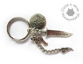 Portachiavi Survivor zombie in colore argento con pistola pugnale e ala angelo per la sopravvivenza
