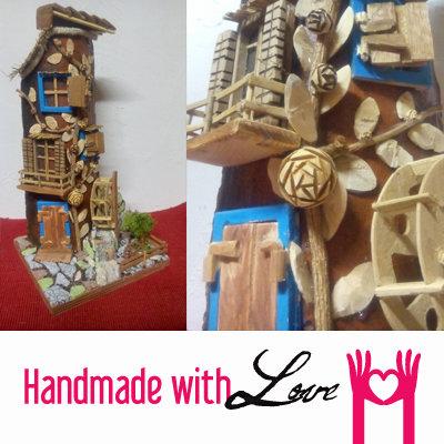 Tegola decorata con elementi in legno e mulino