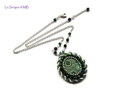 Collana con pendente Embroidery bianco e verde
