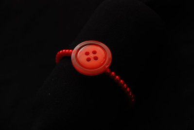 Bracciale elastico rosso con bottone