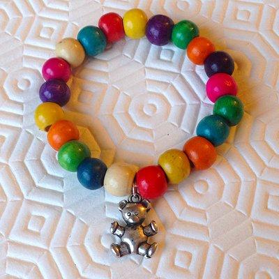 Braccialetto elastico da bambina con perline colorate di legno e ciondolo a orsetto, fatto a mano