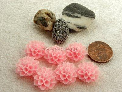 FUORI TUTTO 7PZ CABOCHON IN RESINA  FORMA  FIORE  CRISANTEMO  14 mm  COLORE rosa baby