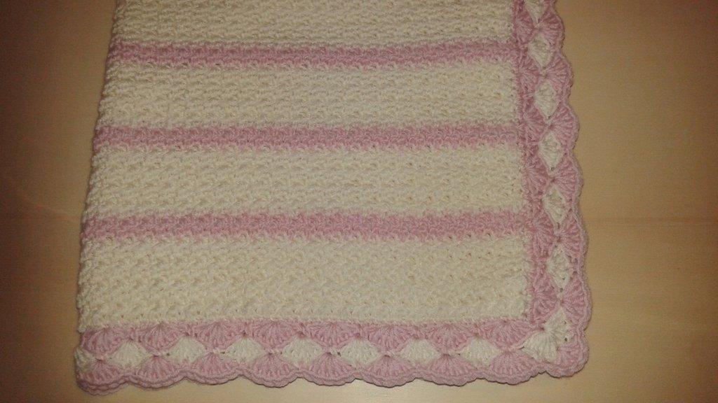Copertina per culla o carrozzina bianca e rosa all'uncinetto