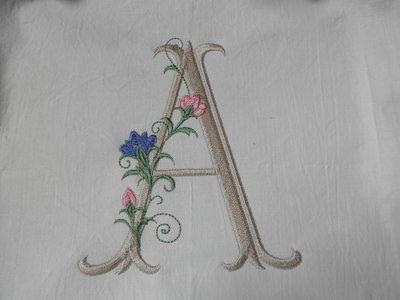 Iniziale singola elegante ricamata a telaio su tela di cotone,applicazioni cucito