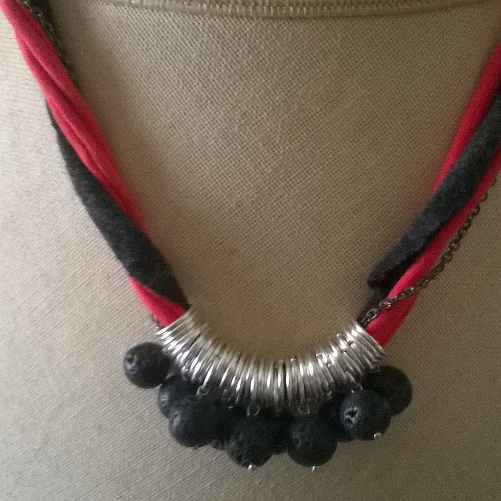 collana in fettuccia e perle di pietra lavica