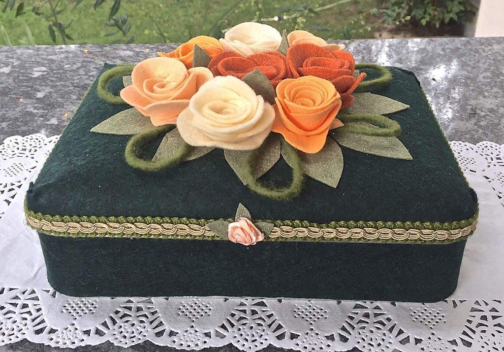 Scatola rivestita in feltro verde e decorata con rose