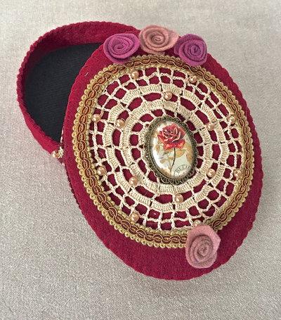 scatola ovale in feltro bordo' con cammeo con rosa