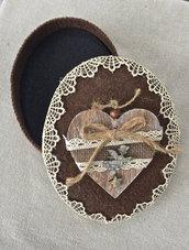 scatola ovale marrone con cuore in legno