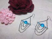 Orecchini con catene pendenti e mezzi cristalli azzurri
