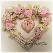 Cuore/fiocco nascita in vimini con rose,farfalle e cuore rosa