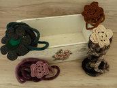 Collana in lana italiana,sfumata, lavorata a tricotin e fiore lavorato a crochet o in feltro