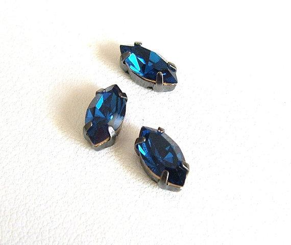 Navetta con strass in cristallo colore blu. Castone in metallo nikel free. 1pz