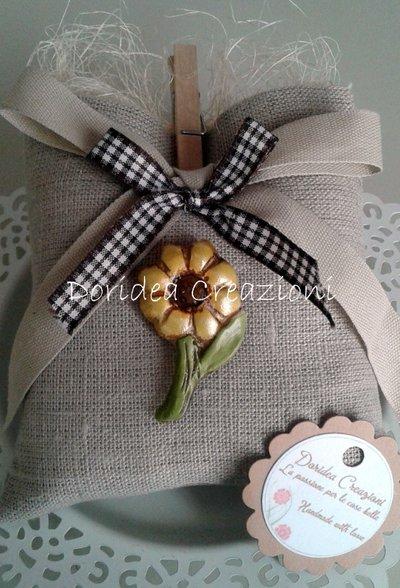 Sacchetto bomboniera con fiore in ceramica