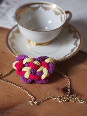 Collana in maglia tubolare-cotone (tricotin).Multicolore(viola,giallo,fuchsia).Rifinita con sottile catena in metallo color oro.S.Valentino!