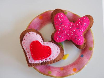 TI VOGLIO BENE: AUGURI.Biscotti in feltro ricamati con perline:CUORE/FARFALLA.Toni del roso e rosa.Regalo per San Valentino.Romantici
