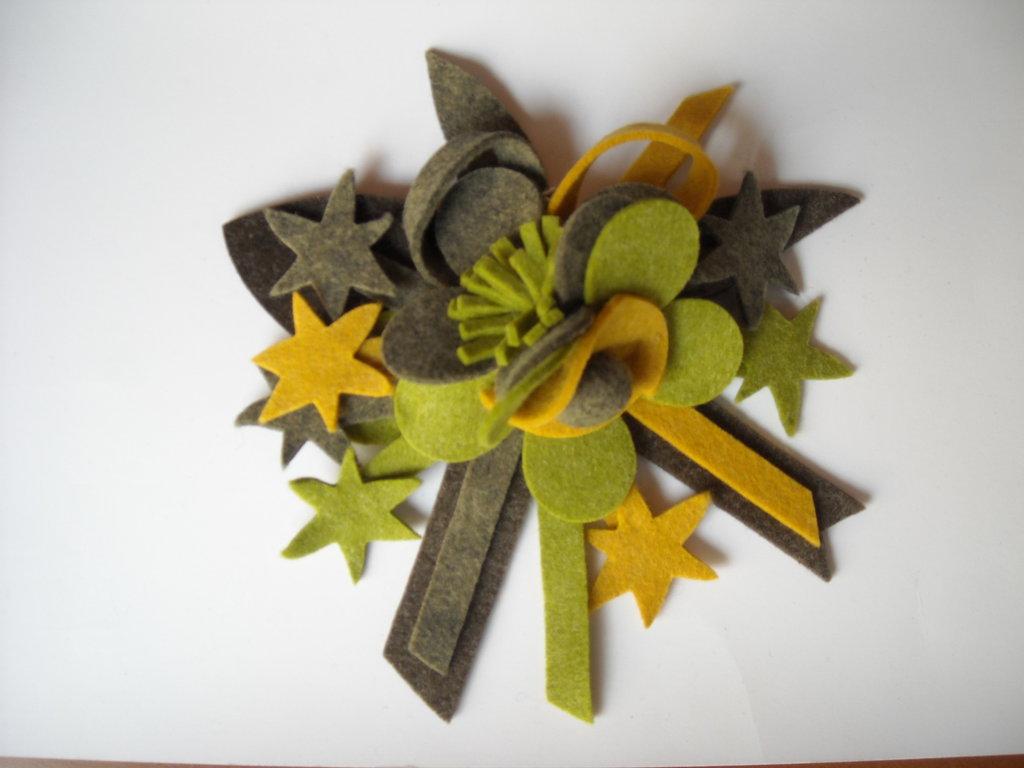 Spilla lana cotta verde con stelle