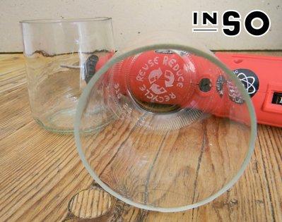 Bicchieri fatti con barattoli incisi