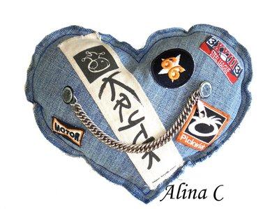 Cuore imbottito per lui in tela jeans, con catena e bottoni metallici e applicazioni vintage.
