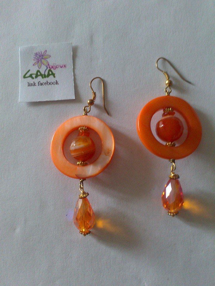 Orecchini arancioni con madreperla, pallina in agata e goccina in mezzo cristallo